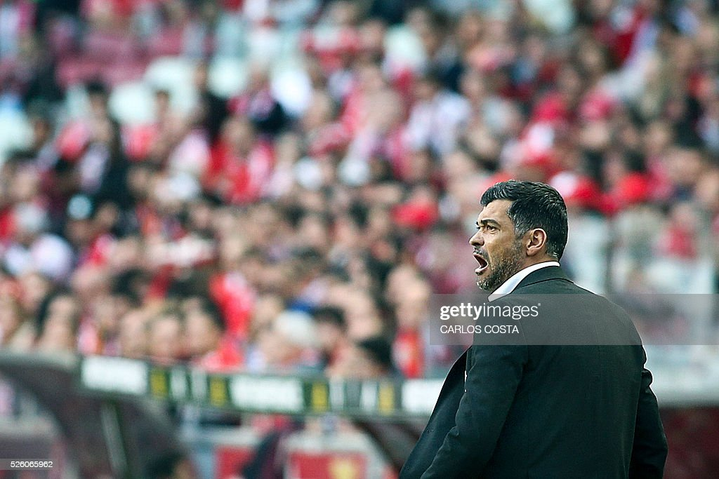Vitoria Guimaraes' coach Sergio Conceicao shouts during the Portuguese league football match SL Benfica vs Vitoria Sport Clube at the Luz stadium in Lisbon on April 29, 2016. / AFP / CARLOS