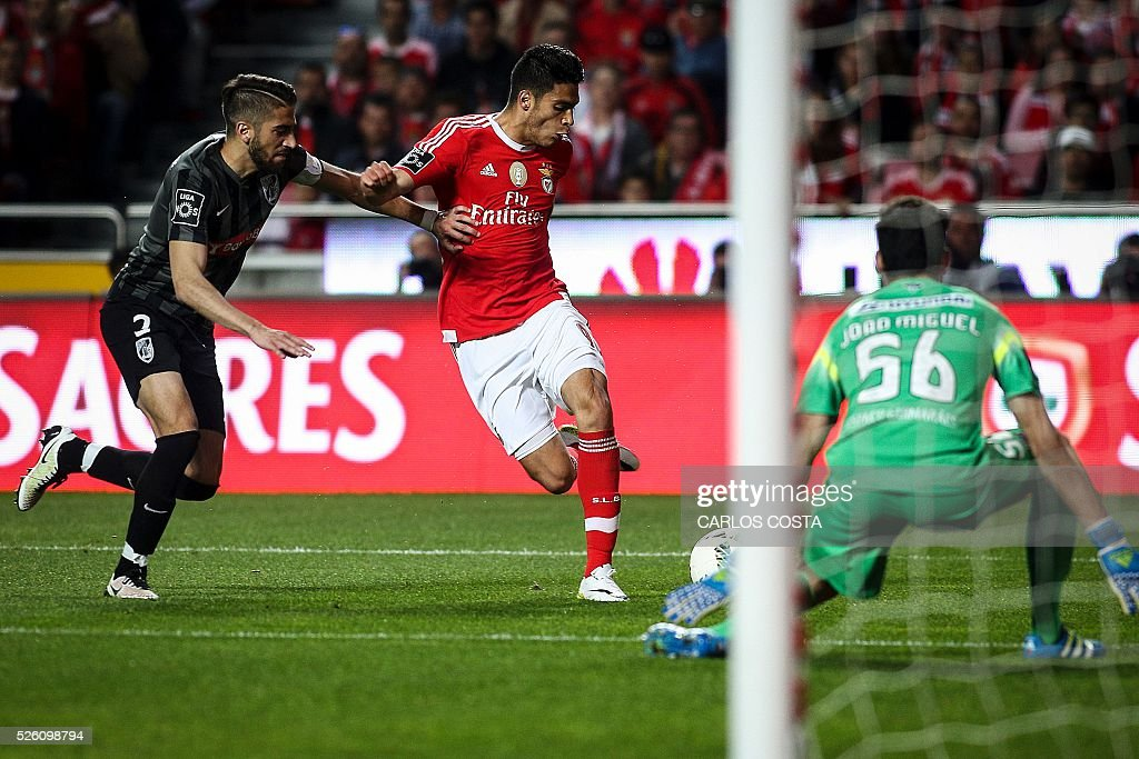 Vitoria Guimaraes' defender Josue Sa (L) vies with Benfica's Mexican forward Raul Jimenez during the Portuguese league football match SL Benfica vs Vitoria Sport Clube at the Luz stadium in Lisbon on April 29, 2016. / AFP / CARLOS