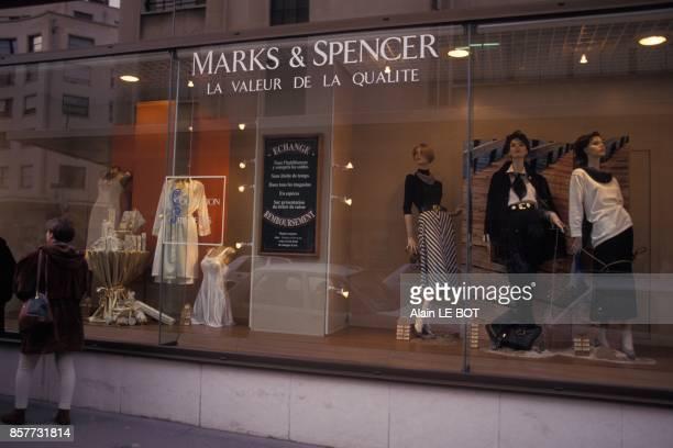 Vitrine du grand magasin anglais Marks and Spencer le 25 fevrier 1994 a Nantes France
