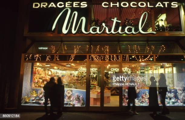 Vitrine d'un chocolatier pendant les fêtes de noël à Paris en décembre 1987 France