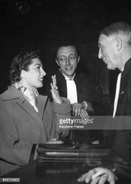 Viviane Romance et maître Maurice Garçon dans les couloirs du palais de justice où l'actrice comparaissait pour une affaire de rupture de contrat à...