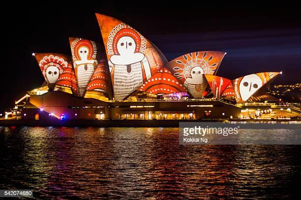 鮮やかなシドニーオペラハウス、2016 年