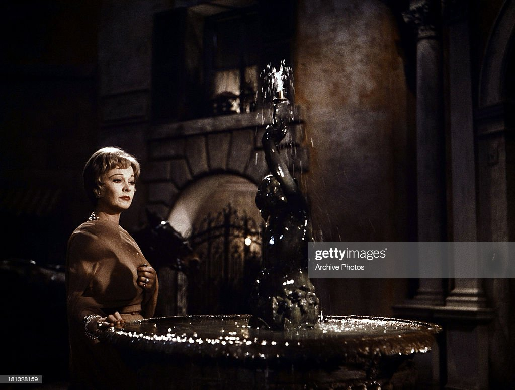 <a gi-track='captionPersonalityLinkClicked' href=/galleries/search?phrase=Vivien+Leigh&family=editorial&specificpeople=203321 ng-click='$event.stopPropagation()'>Vivien Leigh</a> approaches a fountain in a scene from the film 'The Roman Spring Of Mrs. Stone', 1961.