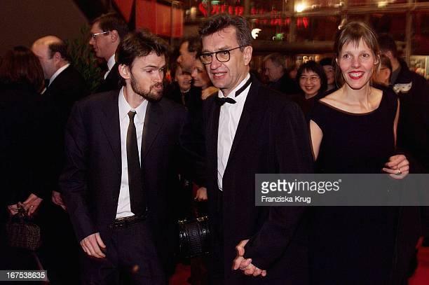 Vl Schauspieler Jeremy Davies Regisseur Wim Wenders Seine Ehefrau Donata Bei Der Eröffnung Der Berlinale Am 090200