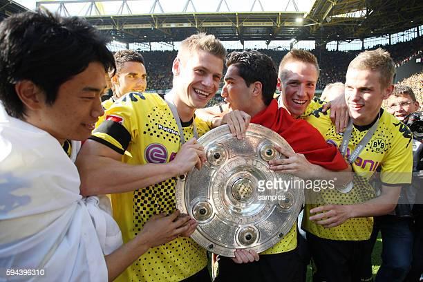 vl Shinji Kagawa Lukasz Piszczek Nuri Sahin Langerak und Sven Bender mit Meisterschale Deutscher Fussball Meister Borussia Dortmund Fussball 1...