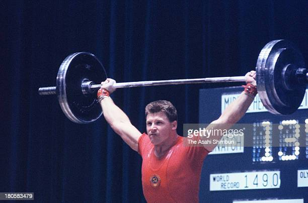 Vladimir Golovanov of Soviet Union competes in the Men's Weightlifting MiddleHeavyweight during the Tokyo Olympics at Shibuya Kokaido Hall on October...