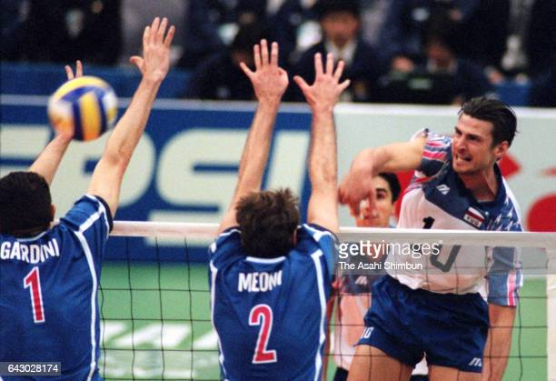 Vladimir Grbic of Yugoslavia spikes the ball during the FIVB Volleyball Men's World Championship Pool H match between Italy and Yugoslavia at...
