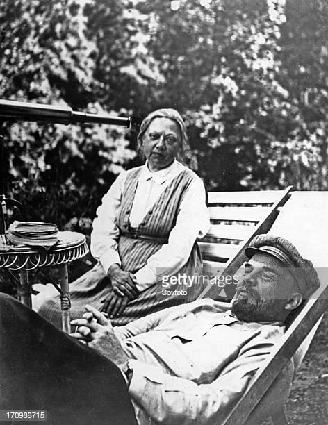Vladimir lenin with his wife nadezhda krupskaya in september 1922