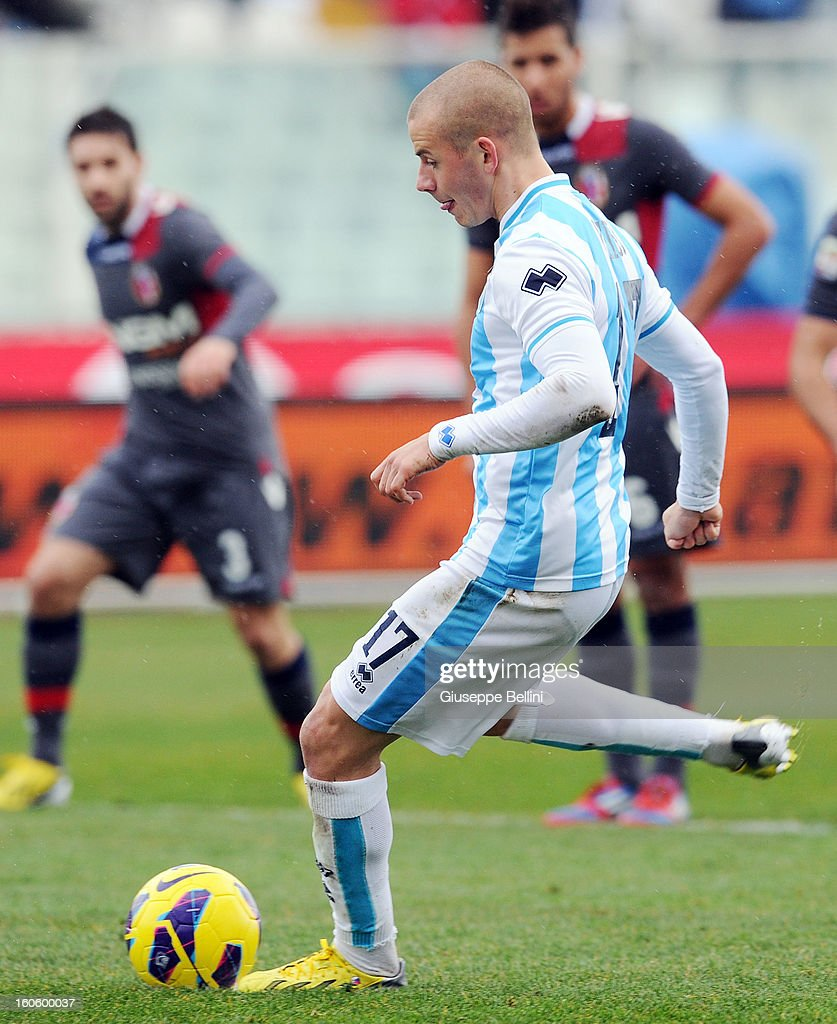 Vladimir Weiss of Pescara kicks the penalty and scores the opening goal during the Serie A match between Pescara and Bologna FC at Adriatico Stadium on February 3, 2013 in Pescara, Italy.