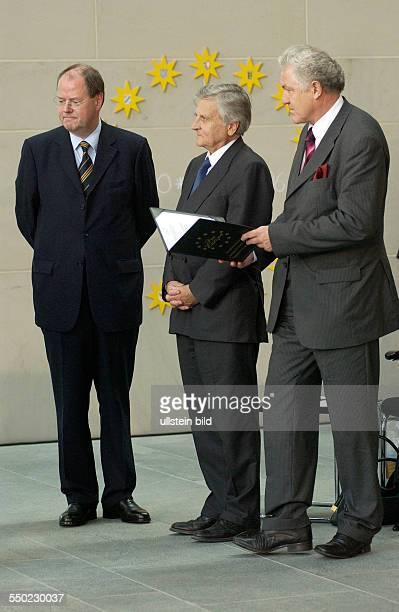 Peer Steinbrück JeanClaude Trichet und Prof Dr Manfred Pohl anlässlich der Verleihung des DeutschFranzösischen Kulturpreises im Berliner...