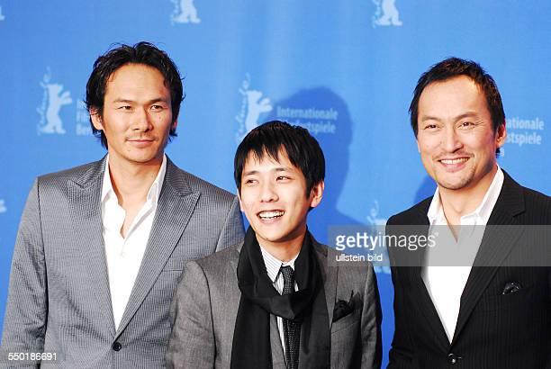 Schauspieler Tsuyoshi Ihara Schauspieler Kazunari Ninomiya und Schauspieler Ken Watanabe während der Präsentation des Films LETTERS FROM IWO JIMA auf...