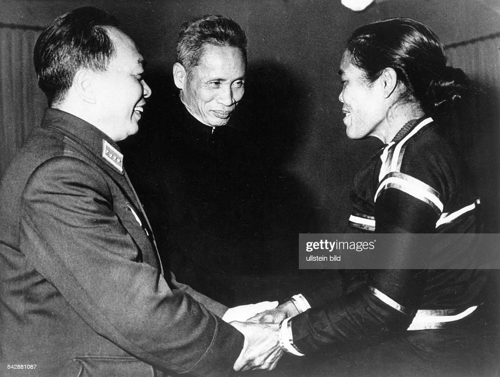 Vo Nguyen Giap (l.) und Premierminister Pham van Dong begrüssen Mi Doan, Mitglied der Delegation der südvietnamesischen Freiheitsfront, während eines Besuchs in der Demokratischen Republik Vietnam (Nordvietnam)- 1969