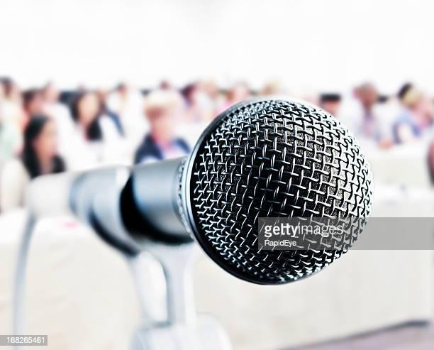 microphone vocale en public vous attend avec haut-parleur vous attend en arrière-plan