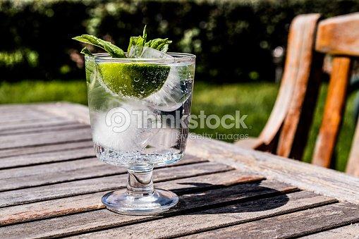 wodka oder gin tonic cocktail mit limette minze und eis im garten stock foto thinkstock. Black Bedroom Furniture Sets. Home Design Ideas