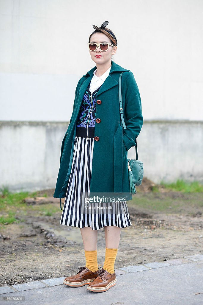 Vogue Taiwan journalist Yvonne Tsai wears a vintage outfit with Prada shoes and Gucci clutch before Celine show on March 2, 2014 in Paris, France.