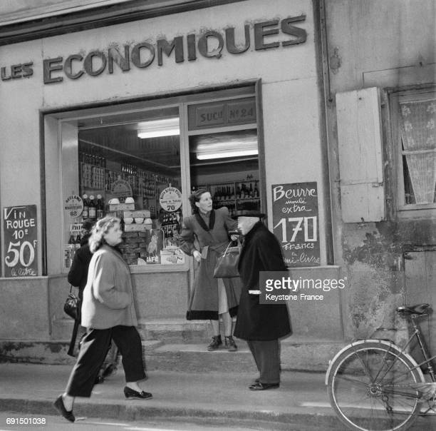 Voici la façade du magasin 'Economiques' où sont apposées des affiches annonçant des prix sensationnels pour attirer la clientèle à Dole France le 2...