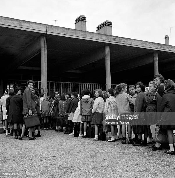 Voici la première discipline au groupe scolaire Louis Pasteur à Chelles la rentrée en classe les mains dans le dos à Chelles France le 18 septembre...