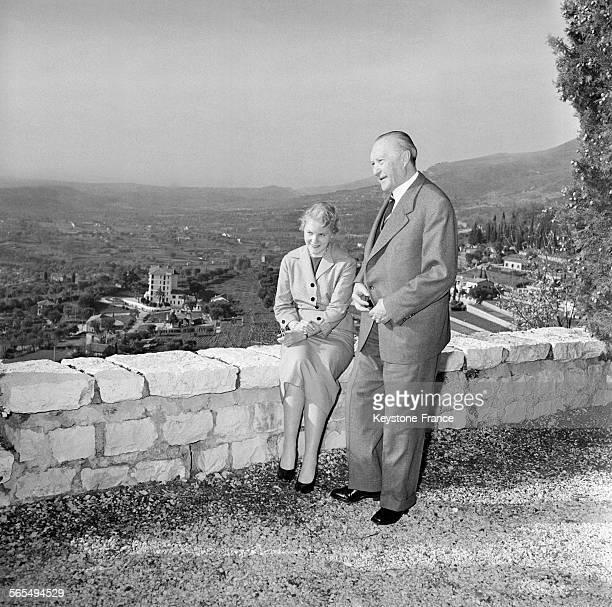 Voici le Chancelier Adenauer photographié avec sa fille Libet Werhahn à Vence France le 14 février 1958
