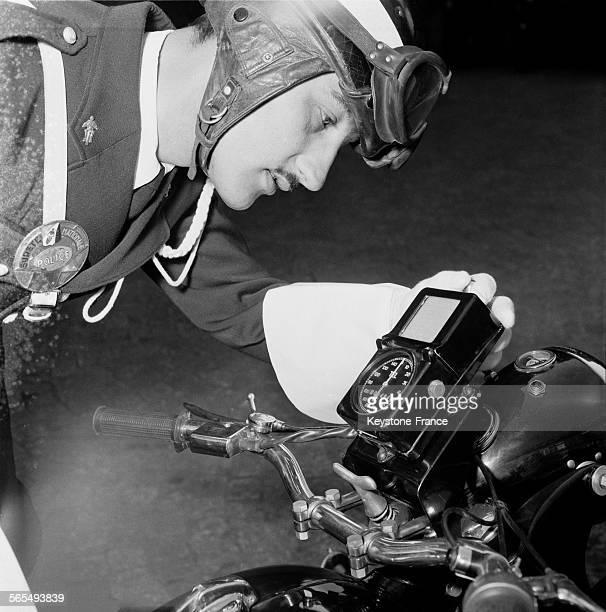 Voici le nouvel équipement des motards de la route un enregistreur d'infractions routières à Paris France le 22 mars 1957