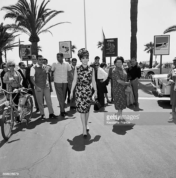 Voici l'une des premieres grandes vedettes habituees du Festival de Cannes Gina Lollobrigida qui est aussi une grande amie des photographes pour qui...