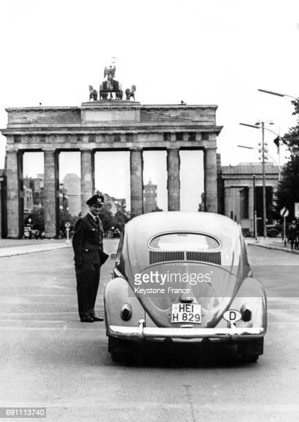 Voiture venant de BerlinOuest stoppée par un policier avant son entrée dans BerlinEst à Berlin Allemagne le 2 septembre 1960