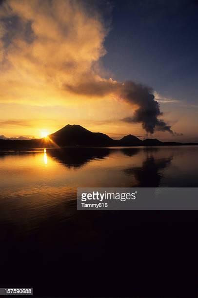 火山の日の出 Tavurver 火山、ラバウル、パプアニューギニア