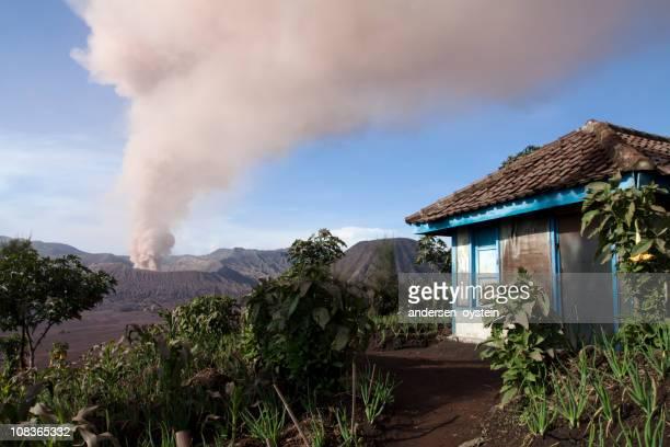 火山噴火から見たヴィラージュ、インドネシア)。