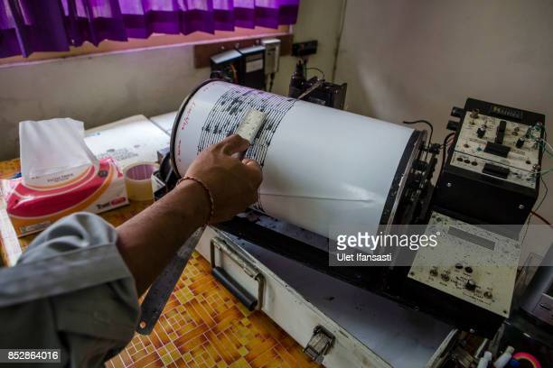 KARANGASEM BALI INDONESIA SEPTEMBER 24 A volcanologist examines seismic charts of mount Agung at the mount Agung monitoring station on September 24...