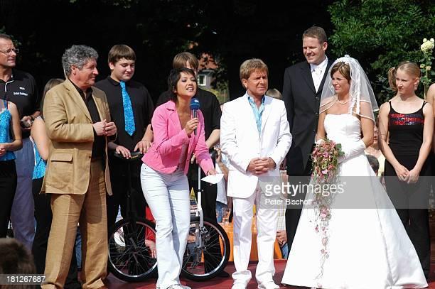 Volker Brandt Moderatorin Madeleine Wehle GG Anderson Hochzeitspaar Thomas SchreiberTappe und Ehefrau Yvonne ARDNDRShow 'Die Aktuelle Schaubude' Am...