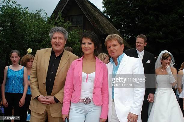 Volker Brandt Moderatorin Madeleine Wehle GG Anderson im Hintergrund rechts Brautpaar Thomas SchreiberTappe und Ehefrau Yvonne ARDNDRShow 'Die...