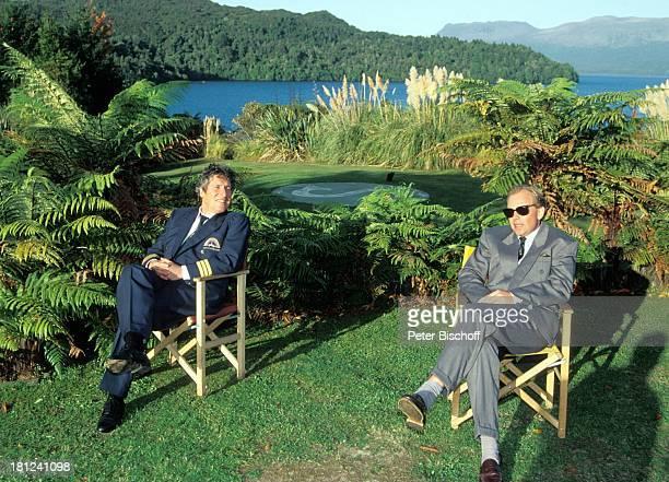 Volker Brandt Patrick Ryecart PRO 7 Serie 'Glueckliche Reise ' Folge 10 'Neuseeland' Rotorua/Neuseeland TaraweraSee Sonnenbrille Schauspieler Promis...