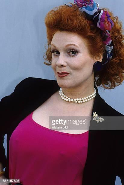 Volkmann Elisabeth Schauspielerin Komikerin Synchronsprecherin D Portrait traegt ein rotes Top und eine Perlenkette 1991
