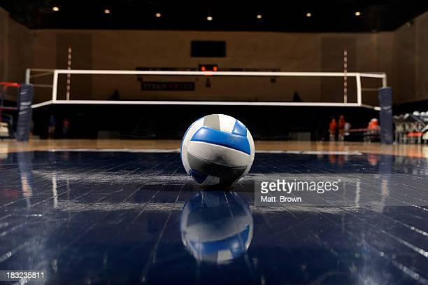 Volleyball in einem leeren Fitnessraum