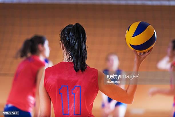 Volleyball-Spieler mit einem ball.