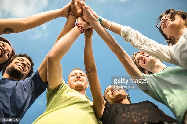volunteer Freunden Zusammenhalt mit Arme heben