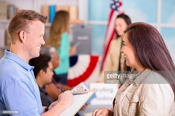 Volunteer hilft registrieren, stimmen im November USA Wahlen.