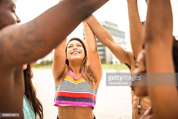 Reuniões em voluntários sol na praia