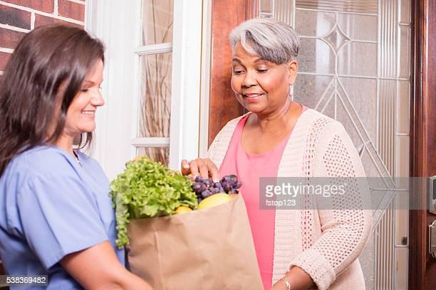 Ehrenamtliche Arbeit : Frau liefert Lebensmittel in Aktiver senior Frau zu Hause fühlen.