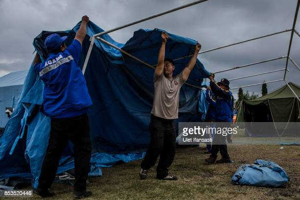 KLUNGKUNG BALI INDONESIA SEPTEMBER 25 Volunteers build a temporary tent at evacuation center on September 25 2017 in Klungkung regency Island of Bali...