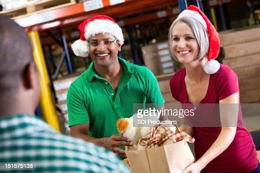 Volunteers collecting donations as a Christmas donation drive : Stockfoto