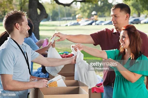 Freiwillige Sammeln von Spenden von Spendern in eine Spende center