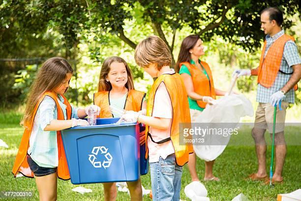 Bénévoles: Famille nettoient leurs community park. Poubelle de recyclage.