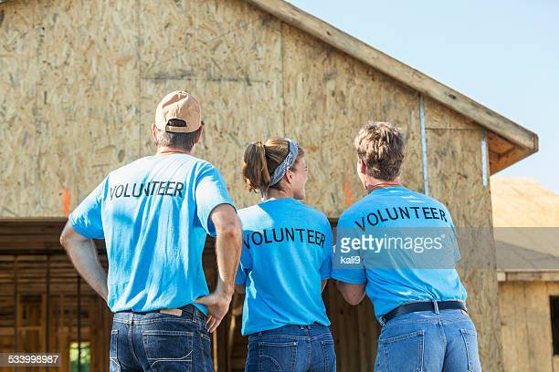 Volontaires aidant à construire des maisons pour le besoin
