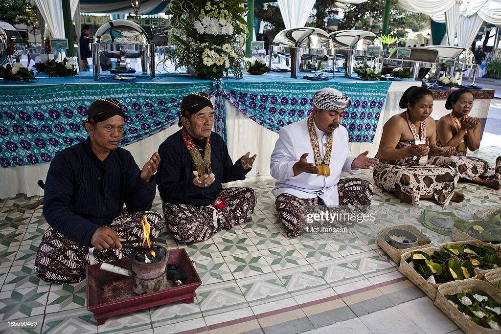 Volunteers of Kraton Palace, known as 'Abdi Dalem', pray at Kraton Palace before the wedding ceremony during the Royal Wedding Held For Sultan Hamengkubuwono X's Daughter Gusti Ratu Kanjeng Hayu And KPH Notonegoro on October 22, 2013 in Yogyakarta, Indonesia. Wedding celebrations will take place October 21-23 October. The wedding parade will include 12 royal horse drawn carriages and will be streamed live on the internet so that it can be watched by people all over the world.