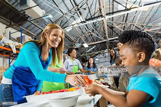 Voluntários saudáveis de refeição a quente, servir comida de Sopa dos Pobres