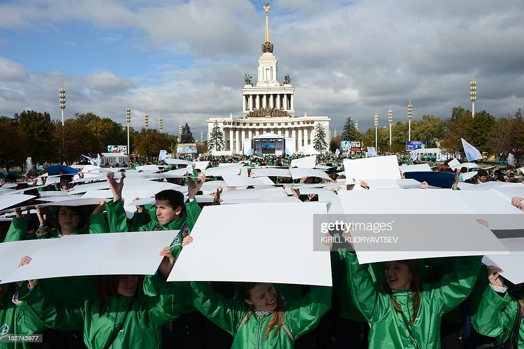 Volunteers take part in flash mob to mark the 500-days before Sochi 2014 Winter Olympics at the VVTs (All Russian Exhibition Centre, formerly known as VDNKh) a public park and exhibition space in Moscow, on September 25, 2012. The 2014 Winter Olympics at the Russian Black Sea resort of Sochi will be the biggest international event hosted by Russia since the collapse of the Soviet Union. AFP PHOTO / KIRILL KUDRYAVTSEV