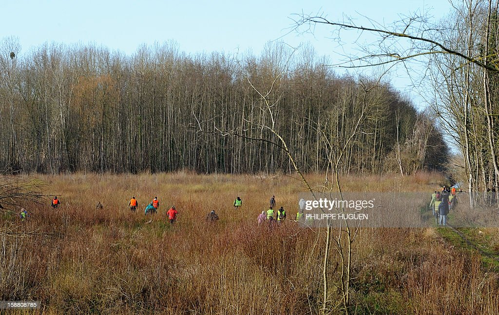 Volunteers take part in searches on December 30, 2012 in Pimprez to find Bruno, a young trisomic man reported missing since December 18.