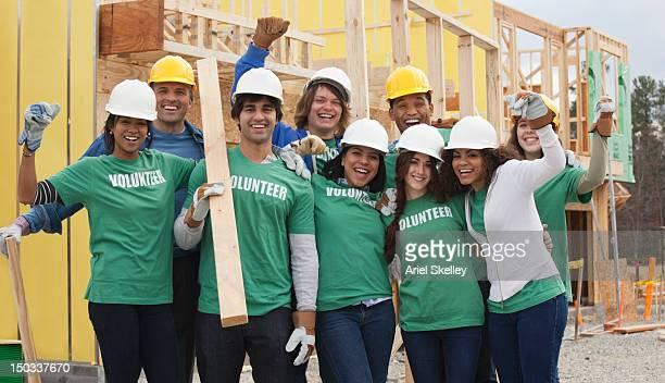Volontari che lavora in Cantiere di costruzione