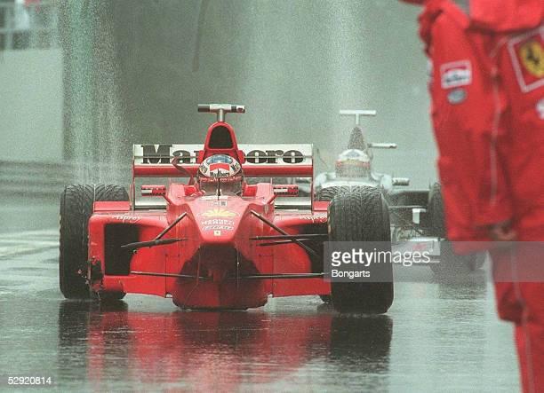 GP von BELGIEN 1998 Spa Francochamps Michael SCHUMACHER/FERRARI mit fehlendem Vorderreifen nach dem Crash mit Coulthard