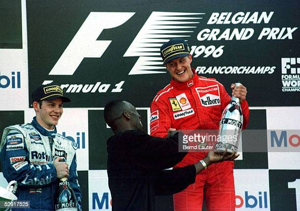 GP von Belgien/SPA 25896 Jaques VILLENEUVE/Michael JOHNSON uebergibt Sekt an Michael SCHUMACHER 1